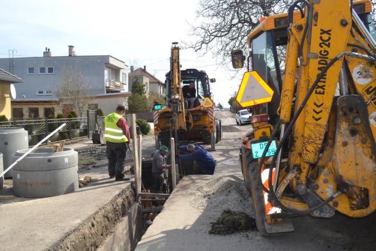 Jó ütemben halad a csatornaépítés Nagyabonyban és Hodosban