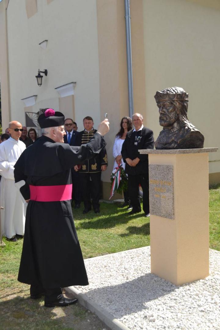 Szent István mellszobrát avatták fel Madban