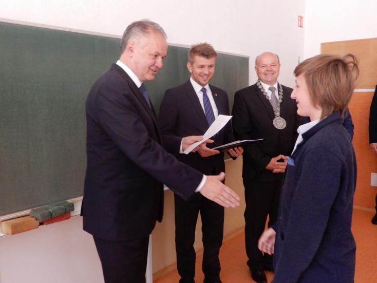 Egy iskola, ahol Andrej Kiska osztotta szét a bizonyítványt
