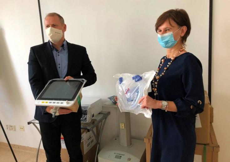 """""""Ez a vírus egészséges embereket is súlyosan érinthet"""" – tele a dunaszerdahelyi Covid-osztály, most kaptak két új lélegeztetőgépet"""