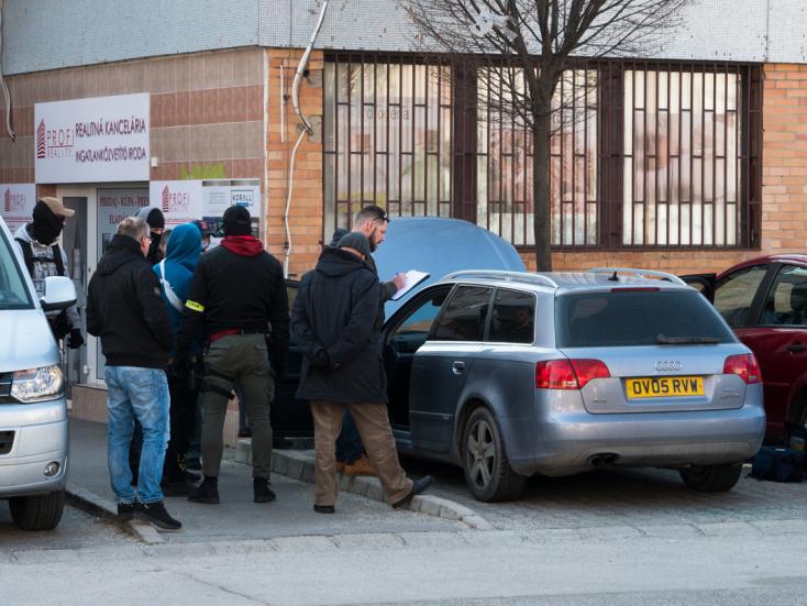 Símaszkos rendőrök helyszíneltek egy bilincsbe vert gyanúsítottal Dunaszerdahelyen