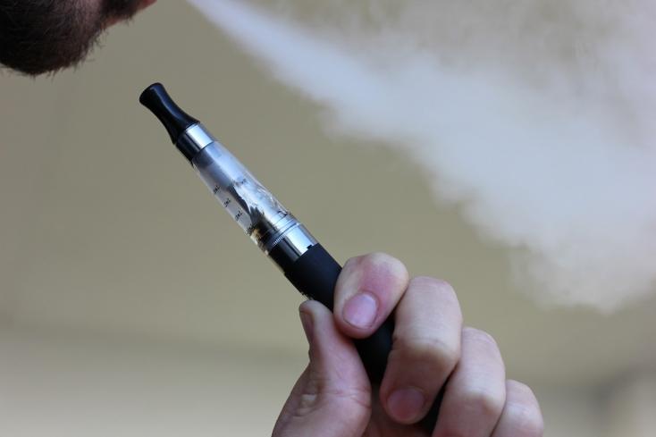 A dohányosok kénytelenek lesznek újra többet fizetni, és hamarosan azok is, akik e-cigit szívnak!