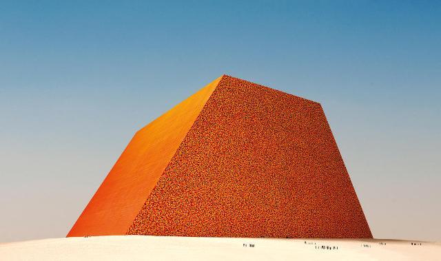 Olajoshordókkal burkol be egy piramist a világhírű csomagolóművész