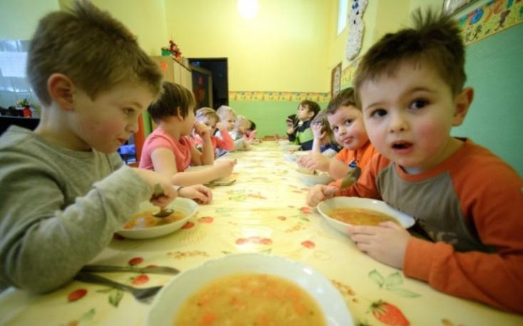 Jövő szeptembertől nem jár majd minden óvodás és alapiskolás gyereknek ingyen ebéd, az állam adóbónusszal akar kompenzálni