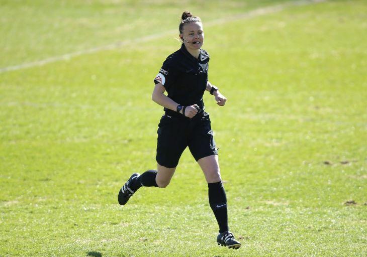 Először volt női játékvezetője egy férfi labdarúgó-mérkőzésnek Angliában