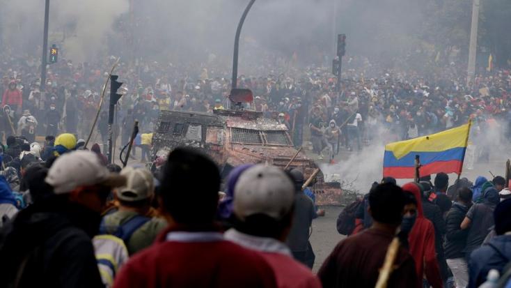 Éjszakai kijárási tilalmat rendelt el az ecuadori elnök állami épületeknél