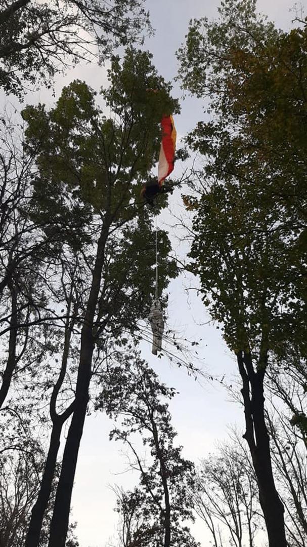 Mentőhelikoptert kellett hívni a fára akadt ejtőernyőshöz (VIDEÓ)