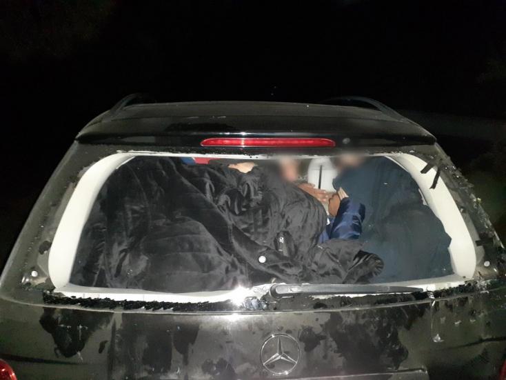 Luxusautókon menekülteket szállító embercsempészeket fogott el az EuropolGörögországban, Bulgáriában és Magyarországon