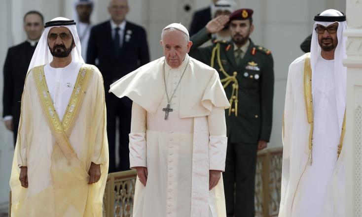 Pompával fogadták azArab Emírségekbe látogató Ferenc pápát