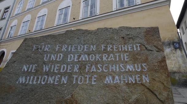 Mégis marad az emlékkő a braunaui Hitler-ház előtt