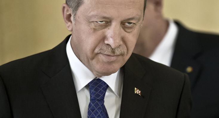 Kicsinyességében már nem tud mit kitalálni a török elnök, amihez hozzányúltak az ellenfelei, azt elpusztítja