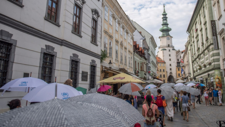 Esernyők alá rejtőzik Pozsony a menekültekkel szembeni szolidaritás jeléül