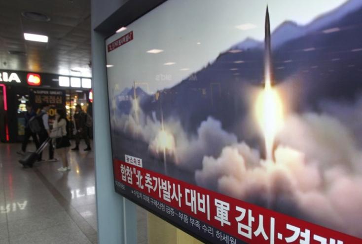 Észak-Korea újabb rakétákat lőtt ki