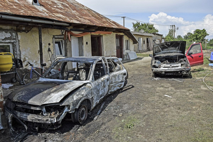 Gyújtogatásba torkollott az ártatlan gyerekjáték, lángokban állt két személykocsi
