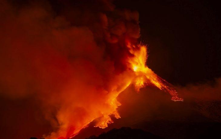 Nem a Szuezi-csatornán kialakult dugó, hanem az Etna kitörése okozott kiugró kén-dioxid-szennyezést
