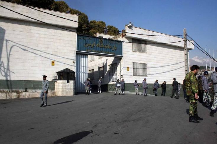 Őrök vonszolják a földön a foglyokat, egy rab meg szétver egytükröt, hogy felvághassa ereit -hackerek bemutatták, mi folyikegyiráni börtönben