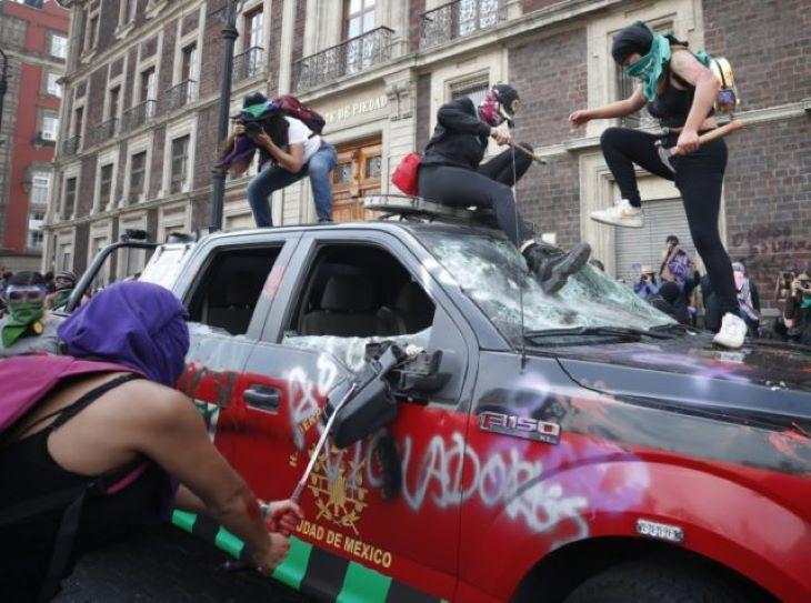 Nők és férfiak tűztek össze a mexikóvárosi nőnapi felvonuláson, többtucatnyian megsérültek