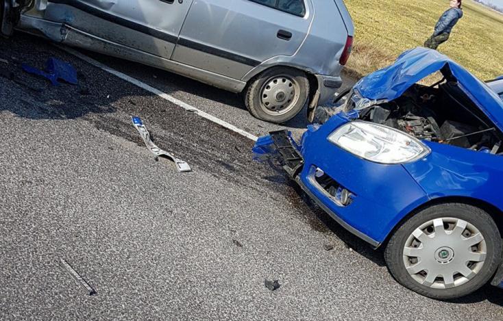 BALESET: Traktor és két személykocsi ütközött a 63-ason