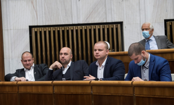 Kotleba elítélt rasszista vérebei és társaik kekeckedtek a parlamentben, Kollár kitiltotta őket!