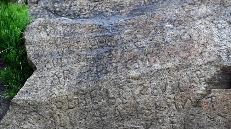 Kétezer eurós jutalmat ajánl egy falu egy kőbe vésett felirat megfejtéséért