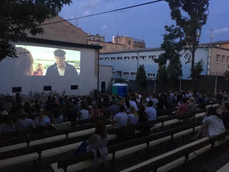 A szomszéd ház falára vetíti filmjeit egy párizsi mozi