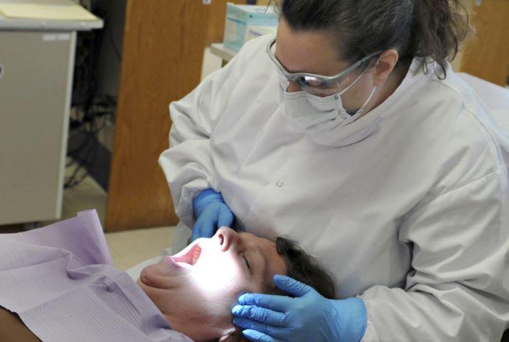 A fogászati rendelők megkezdték a páciensek standard kivizsgálását