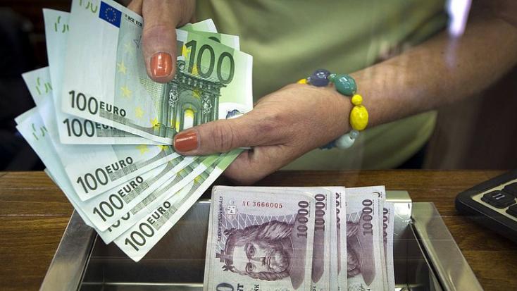 Történelmi mélyponton a forint az euróval szemben!