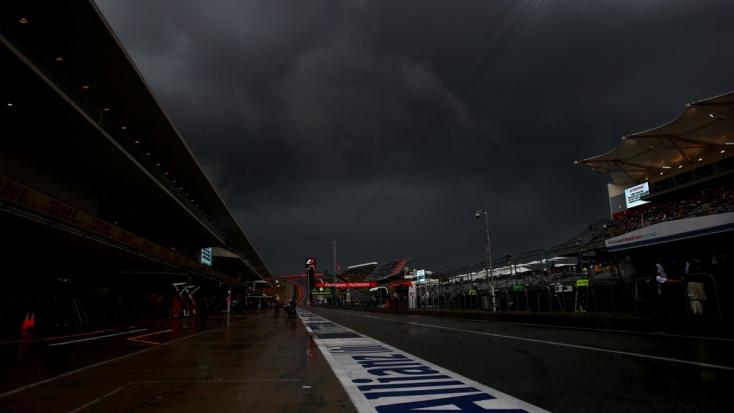 F1: A hurrikán miatt veszélyben az időmérő, fekete felhők cikáznak a pilóták felett