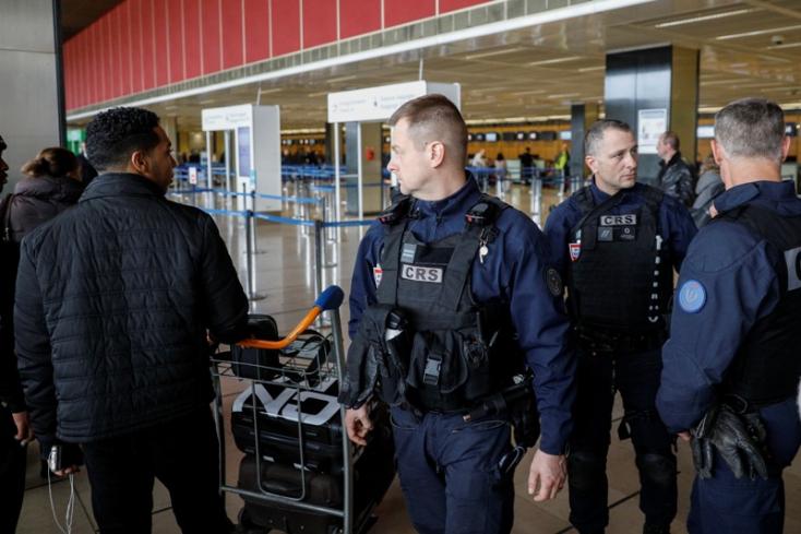 Terrortámadásra készülhetett a párizsi repülőtéren lelőtt férfi