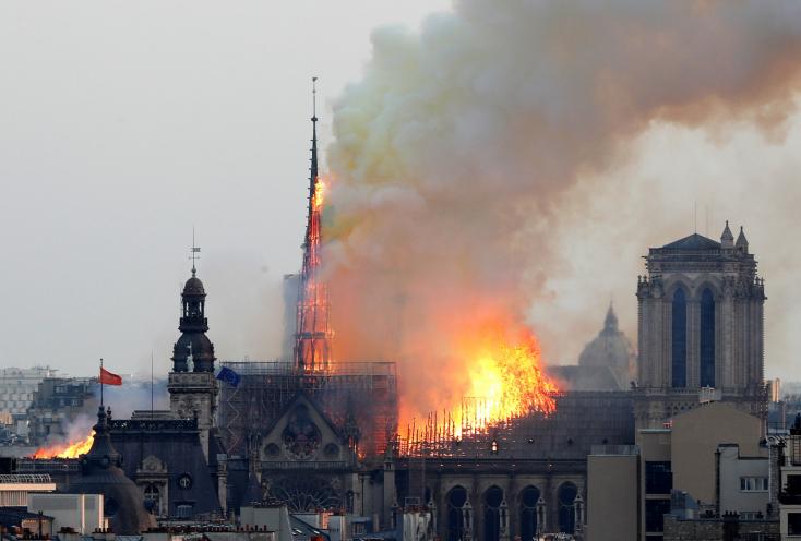 Tűz ütött ki a párizsi Notre Dame székesegyházban, leomlott a központi tornya! (videó)