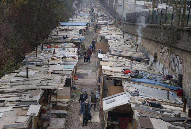 Cigánytelepet számoltak fel a rendőrök Párizsban