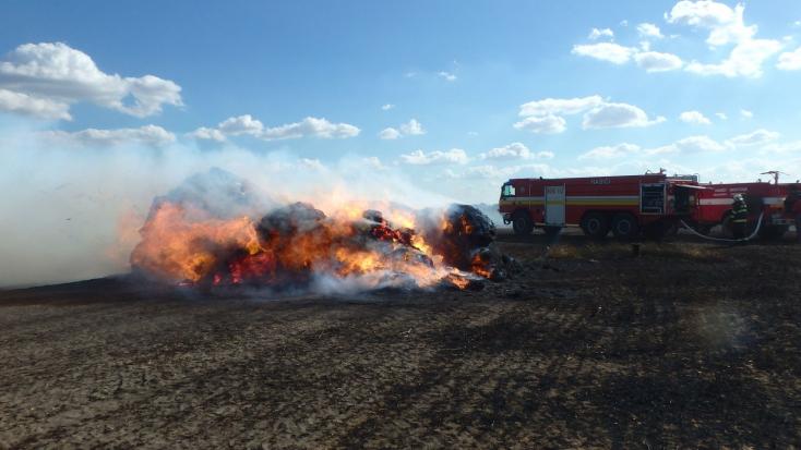 Szalmabálázó lobbantotta fel a tüzet Vízkeletnél