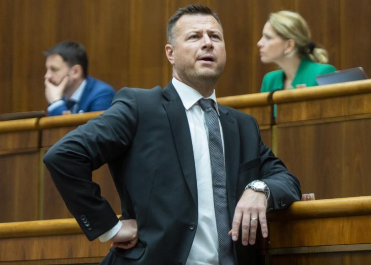 """Gál Gábor elvesztette közszereplő jellegét - Az exminiszter nem válaszol arra, hogy ő mutatta-e be a vágfarkasdi """"olajmágnást"""" a vezeklő Makónak"""