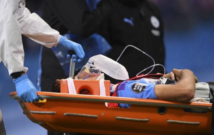 A pályáról a kórházba vitték a Manchester City védőjét