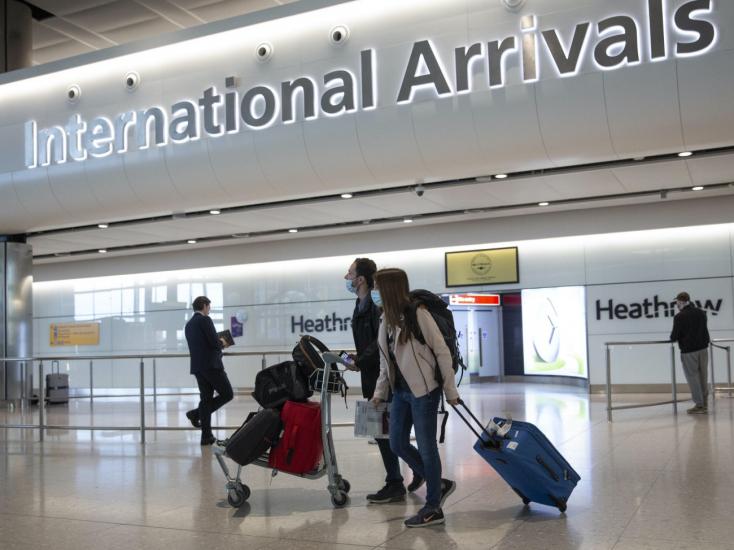 Péntektől 59 országból utazhatnak karanténkötelezettség nélkülAngliába, Szlovákia nem szerepel a mentesített országok listáján