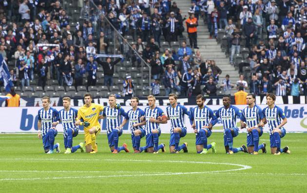 Dárdai Pál és a Hertha játékosai is letérdeltek a pályán a szombati bajnoki előtt