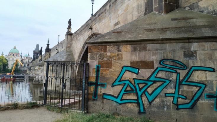 Kiutasítottak két német turistát Csehországból, akik graffitit rajzoltak a Károly hídra