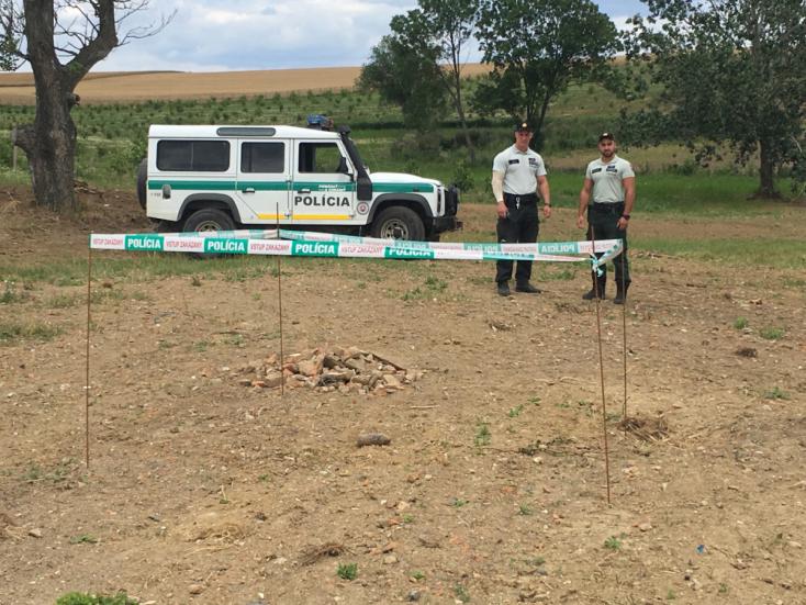 Tüzérségi gránátot találtak egy mezőgazdasági szövetkezet udvarán (FOTÓK)