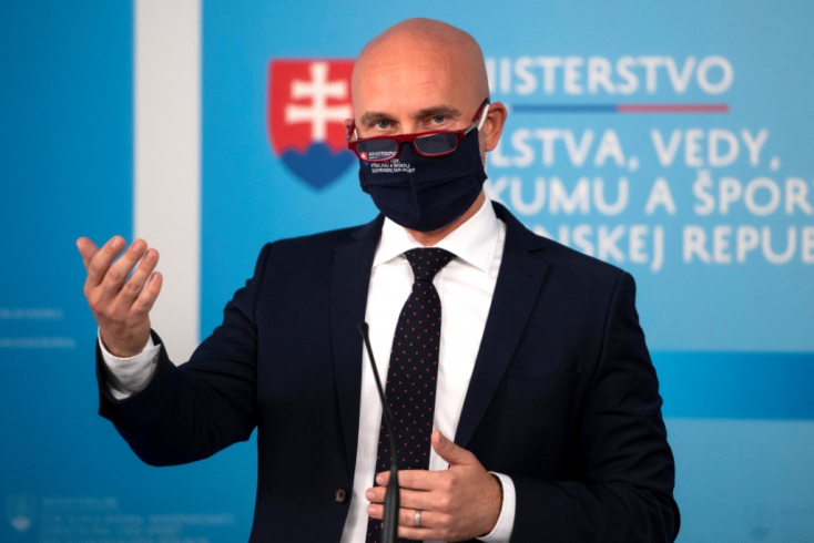 Gröhling nem mond le a szakdolgozata miatt, azzal is érvel, hogy kijárta az egyetemet