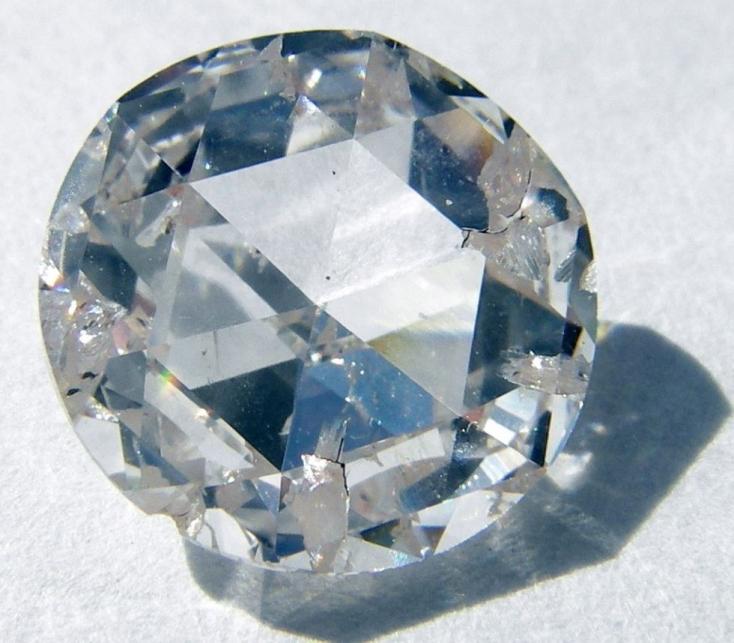 Olcsóbb és nem tapad hozzá vér, ezért a szintetikus gyémánt felé nyit az ismert ékszergyártó cég