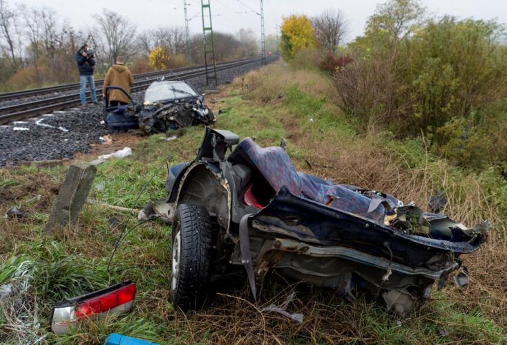 Borzasztó baleset: vonattal ütközött és kettészakadt egy autóGyőrnél