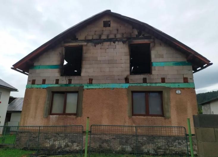 Belecsapott a villám egy családi házba, szinte teljesen leégett a teteje