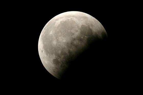 Jön a részleges holdfogyatkozás!