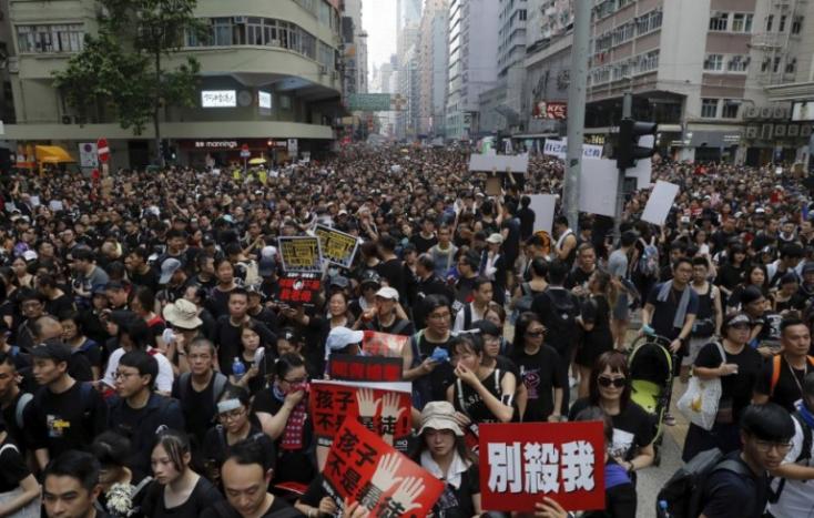 Ismét tízezrek vonultak utcára Hongkongban, több összecsapás is volt