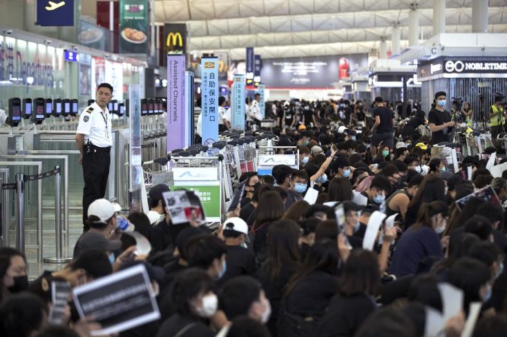 Rühellik a hongkongiak a komcsi Pekinget, a világ egyik legnagyobb repterét is megbénítják