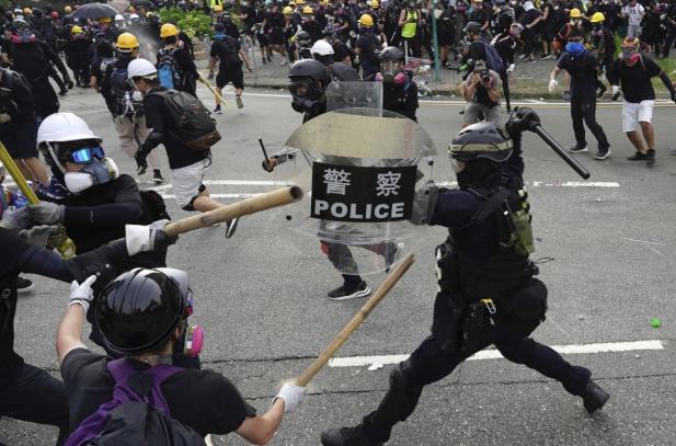 Könnygázzal oszlatta szét a rendőrség a hongkongi tüntetőket