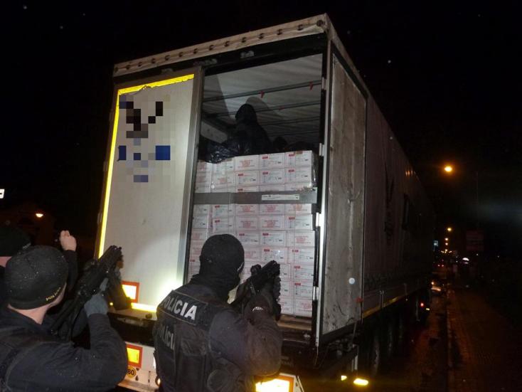Több tucat illegális bevándorlót, köztük egy csecsemőt is találtak a török kamionokban!