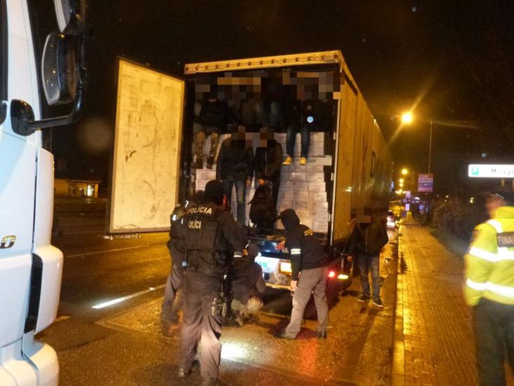 Egy kamionban 211 bevándorló kuksolt.Macedóniában megállították a zsúfolt járműt