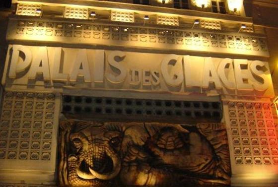 Nudista bemutatót tart egy párizsi színház