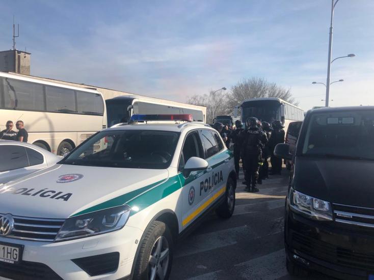 Rendőrök várták a magyar szurkolókat a komáromi határátkelőnél